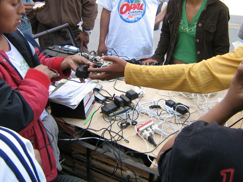 cargadores_celulares_al_paso.jpg
