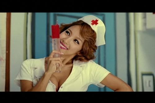 Ли Хји-ли во костум на медицинска сестра