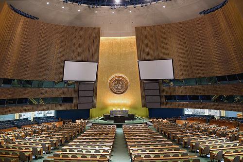 La salle de lAssemblée Générale des Nations Unies, à New York - Photo Luke Redmond, sur flickr, utilisée sous licence Creative Commons.