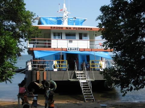 O barco-hospital Abaré estacionado numa comunidade do rio Tapajós. Foto de Deborah Icamiaba.