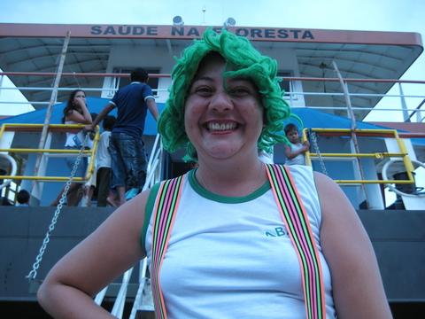 Uma educadora do PSA vestida para o dia de trabalho no barco Abaré. Foto de Deborah Icamiaba.