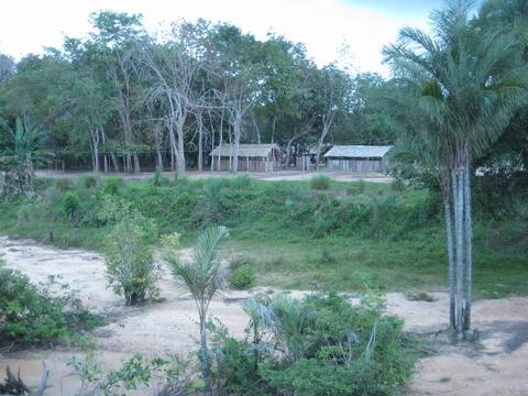 Vista do barco Abaré para uma comunidade ribeirinha no Rio Tapajós. Foto de Deborah Icamiaba.