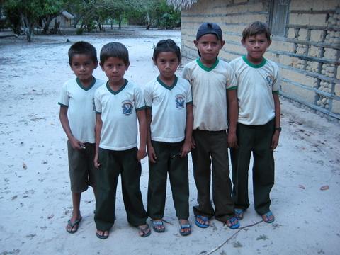 Crianças de uma comunidade ribeirinha do Rio Tapajós. Foto de Deborah Icamiaba.