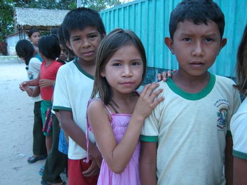 Crianças de uma comunidade ribeirinha fazem fila para a inspeção dos dentes. Foto de Deborah Icamiaba.