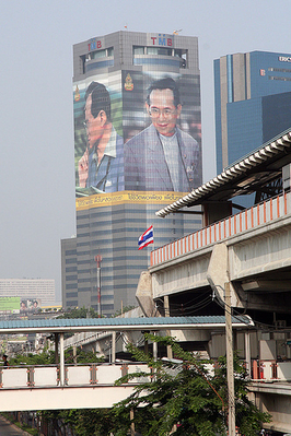 O rei Bhumibol Adulyadej é reverenciado na Tailândia. Foto retirada da página de ccdoh1