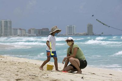 Photo of Tourists in Cancún by El Enigma and used under a Creative Commons http://www.flickr.com/photos/marca-pasos/3494017972/