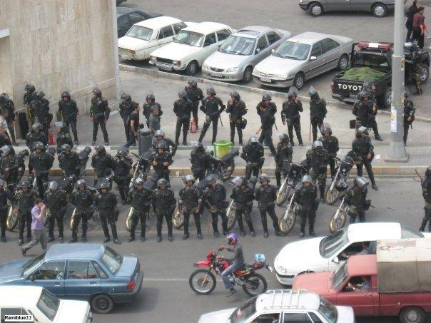 La polizia in assetto antisommossa aspetta i manifestanti
