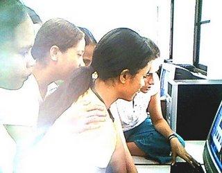 পূর্ব তিমুর জাতীয় বিশ্ববিদ্যালয়ে মেয়েদের কম্পিউটার প্রকৌশল শেখাচ্ছেন সারা মোরেইরা