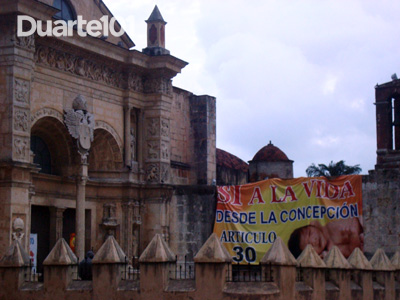 Abortion opposition banner outside the Cathedral in Santo Domingo by Duarte 101 and used with permission.