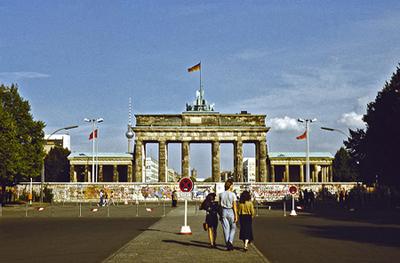 Berlin wall in front of brandenburg gate - 1989, by romtomtom on flickr