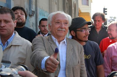 Presidential candidate Jorge Arrate following his vote. Photo taken by Diego Martin™ and used under a Creative Commons license.