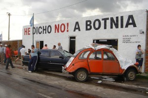 Blockade from Fray Bentos, Uruguay and anti-Botnia slogans. Picture taken by Flickr user sebaperez and used under a Creative Commons license.