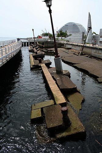 阪神大地震紀念碑。照片由Flickr使用者PapiGiulio提供。