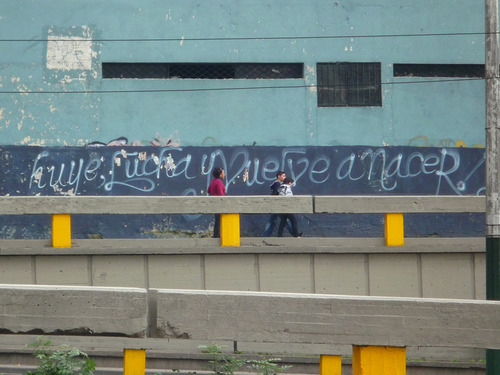It reads Run away, fight and be born again. Photo by El blog Canalla. Used with permission. Taken from http://elblogcanalla.tumblr.com/post/290759594/huye-lucha-y-vuelve-a-nacer-bogota-colombia