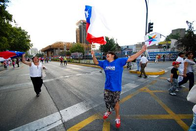 Photo of jubilant Piñera supporter by Sopapos and used under a Creative Commons license.