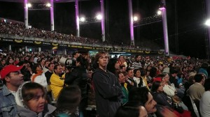 Audience at the 2008 Festival de Viña. Picture taken by Flickr user alobos iphotos and used under a Creative Commons license.