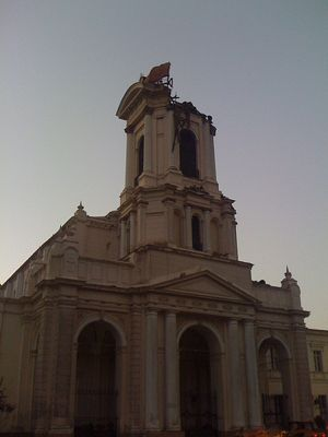 Photo of damage to Nuestra Señora de la Divina Providencia Church in Santiago. Taken by Julio Costa Zambelli and used under a Creative Commons license.