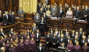 Mujica está a la derecha de su esposa, Lucía Topolanski, presidenta del Senado. Fcture del usuario de flickr Fernando Lugo APC y usada con licencia de Creative Commons.