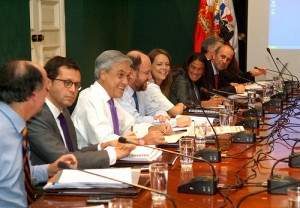 Ministers with Sebastián Piñera at cabinet meeting. Photo uploaded by Flickr account Ministerio Secretaria General de Gobierno and used under a Creative Commons license.