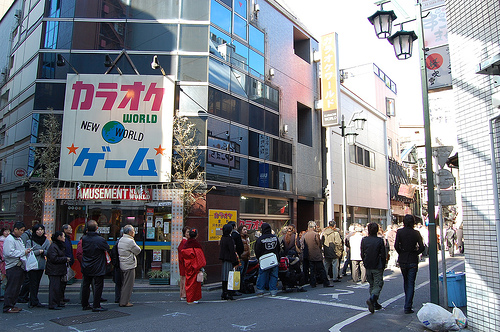 A long line in front of Suehirotei comedy teathre. By Flickr id: K.Suzuki