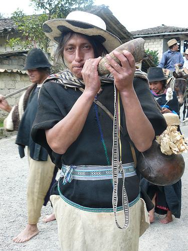 Un Saraguro suona la Kipa, strupento a percussione che viene utilizzato per comunicare e fare musica nelle grandi occasioni. Foto per gentile concessione di Angel Gualan.