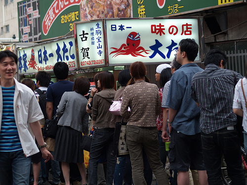 A line in front of a takoyaki shop. By Flickr id: idua_japan