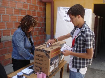 Citizen casting a vote in the city of La Paz by @patojv and used with permission.
