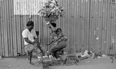 রোক সান্তেইরো বাজারে অ্যাঙ্গোলার নারী। ছবি তুলেছেন ইয়ান বোয়েচাট, ক্রিয়েটিভ কমন্স লাইসেন্সের আওতায় প্রকাশিত।