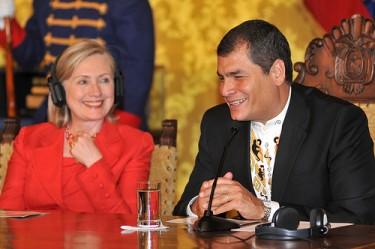 Nella Sala Gialla del palazzo Carondelet. Clinton e Correa durante la conferenza stampa.