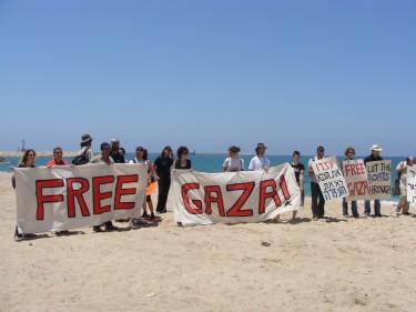 Dimostranti sulla spiaggia di Ashdod. Foto di Mya Guarnieri
