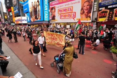 """Dimostranti a NYC espongono uno striscione: """"Israele uccide civili in legittima difesa"""". Foto di asterix611"""