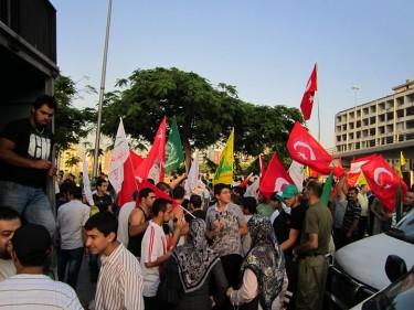 Dimostranti a Beirut con bandiere turche a sostegno alla Mavi Marmara.  Foto di Mokhtar Joundi