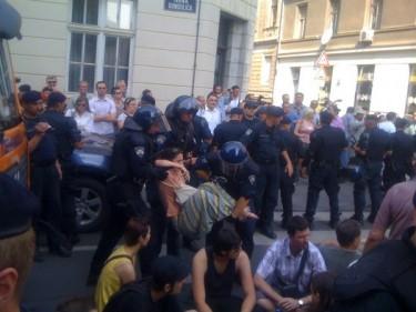 la polizia croata ferma dei manifestanti a Zagabria