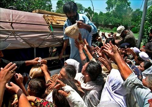 পাকিস্তানে বন্যার্তদের ত্রাণ বিতরণ