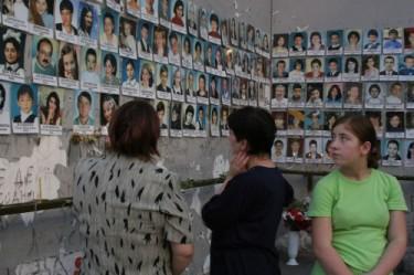 Una delle immagini del primo anniversario della tragedia di Beslan, foto delle vittime
