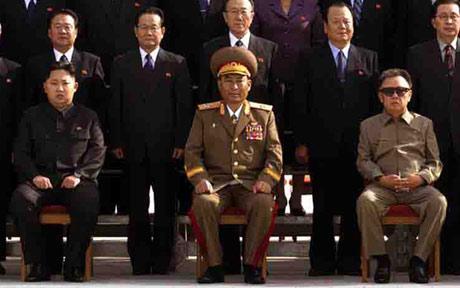 Kim Jong-un (links), de jongste zoon van leider Kim Jong-il (rechts), poseert met nieuwe leden van het Centraal Comité van de Koreaanse Arbeiderspartij