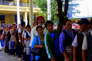 Foto di tibetani in esilio al voto