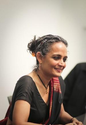 Arundhati Roy alla Harvard University nell'aprile 2010. Foto di Jeanbaptisteparis, ripresa da Flickr con licenza Creative Commons BY-SA