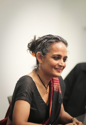 Arundhati Roy spreekt op de universiteit van Harvard in April 2010. Foto van Flickr-gebruiker Jeanbaptisteparis. CC BY-SA.