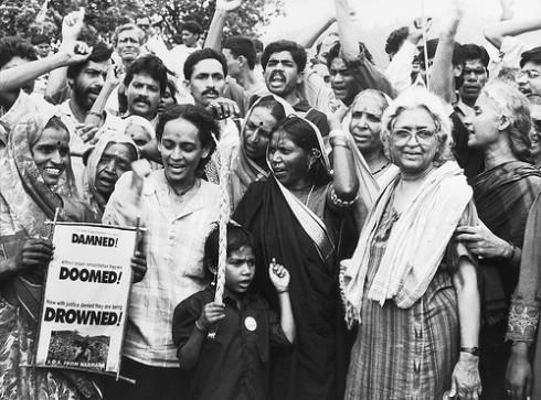 Arundhati Roy protesteert tegen dammen in de Indiase Narmada-rivier. Foto van Flickr-gebruiker International River. CC BY-NC-SA.