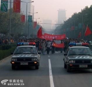 Le volanti della polizia alla testa della manifestazione Xi'an