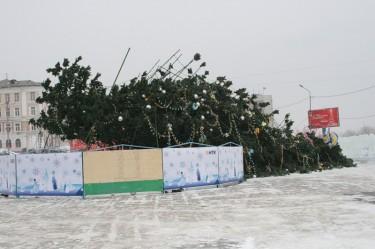 Omgevallen kerstboom in Vladivostok (2009). Foto van zeka_vasch op LiveJournal.