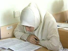 طالبة ترتدي الحجاب في باكو