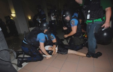 La polizia arresta alcuni studenti