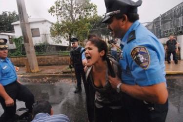 Una studentessa viene fermata dalla polizia