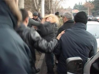 Politieagent slaat vrouw