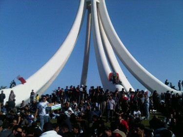 @ba7ari Crowds using Pearl roundabout just like egyptian Tahrir square#Bahrain #Feb14 #HRW #EU http://twitpic.com/4038dc