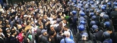 Policía en vigor para impedir manifestaciones de la escalada en Argel, Argelia el 12 de Febrero de 2011. Imágen de ENVOYES_SPECIAUX_ALGERIENS, Derechos de autor Demotix (12/02/2011).