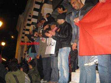 Protestors at Al-Kasbah square in Tunis during the night. Image taken from blog Kissa Online.
