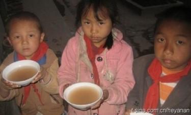 Bambini che bevono acqua sporca
